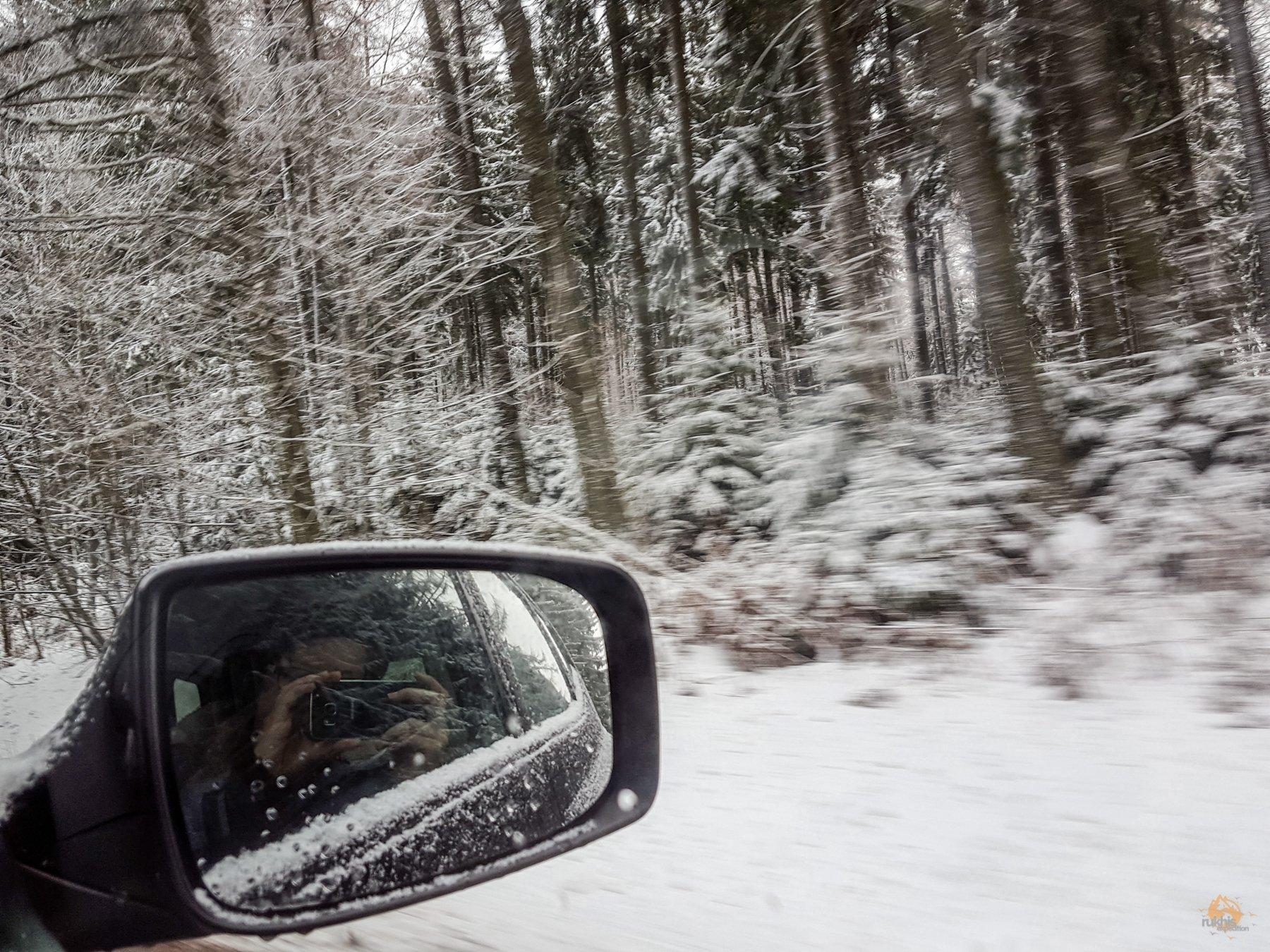 Im Auto unterwegs auf der Hunsrück Höhenstraße in Richtung Erbeskopf - Rheinland Pfalz