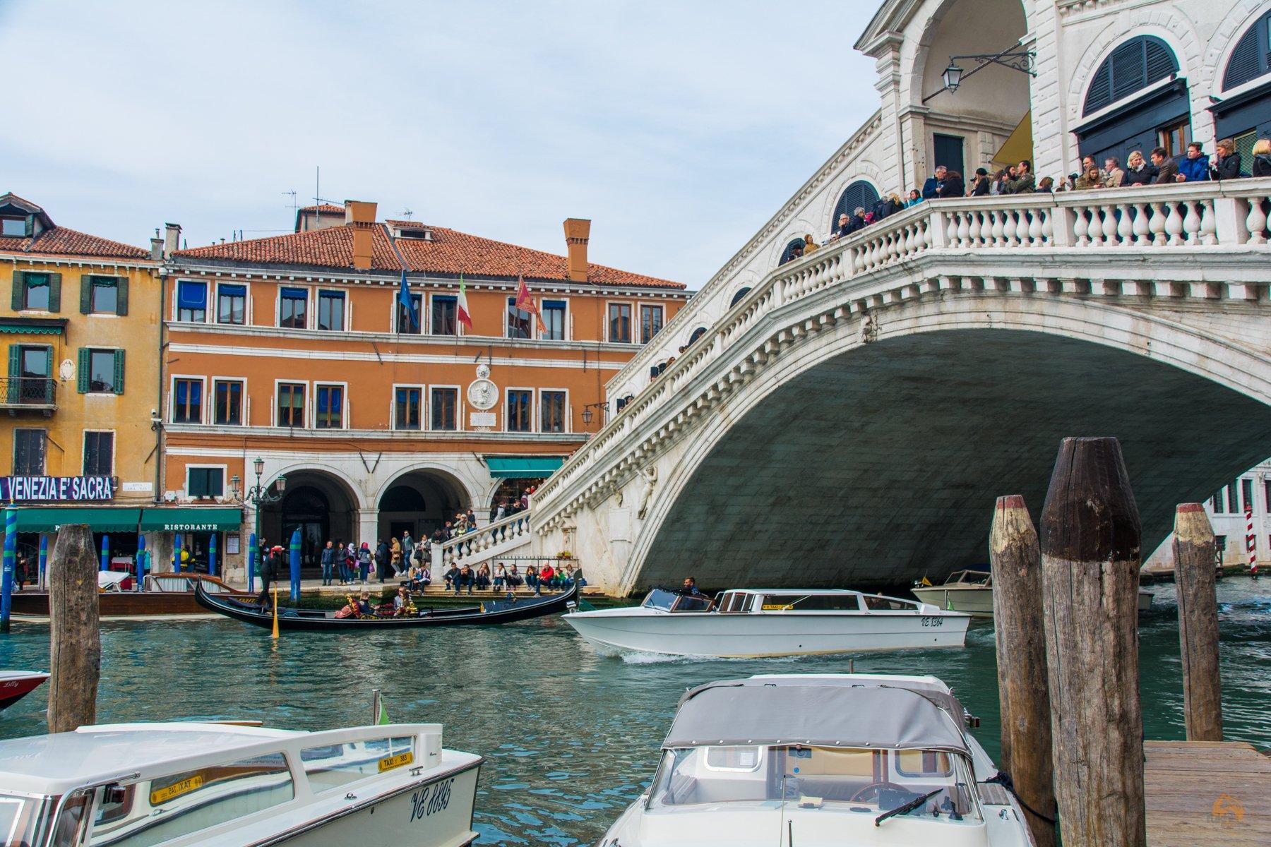 Gondel unter Rialtobrücke in Venedig - Italien