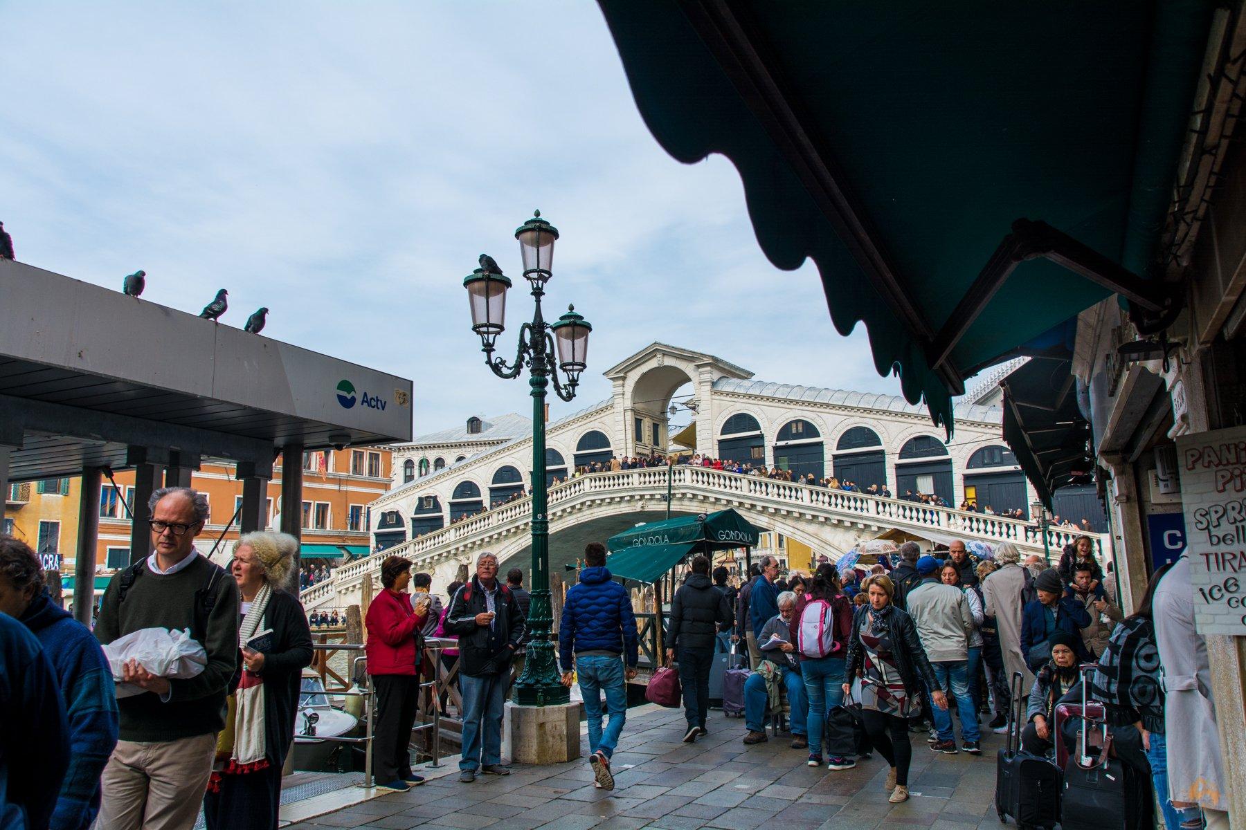 ungefähr dort wo wir hier stehen gab es die Pizza - Blick auf Rialtobrücke in Venedig - Italien