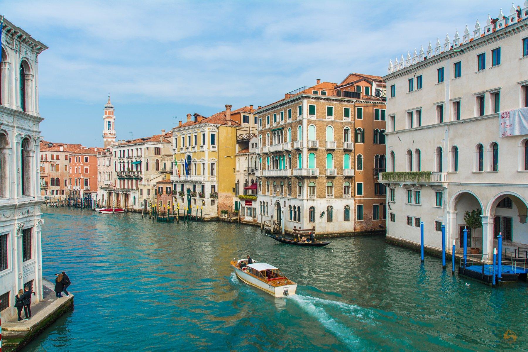 hinter der Rialtobrücke in Venedig - Italien