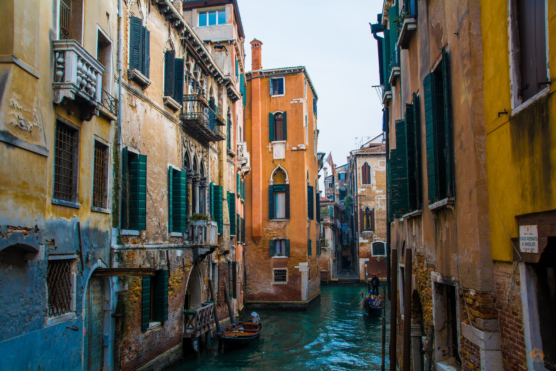 Gondel in Gasse in Venedig - Italien