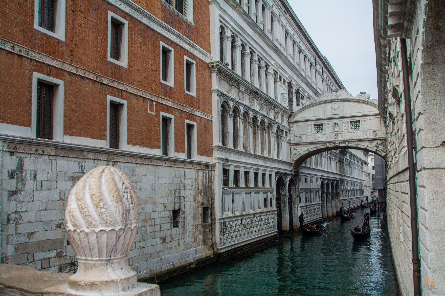 Seufzerbrücke mit Gondel in Venedig - Italien