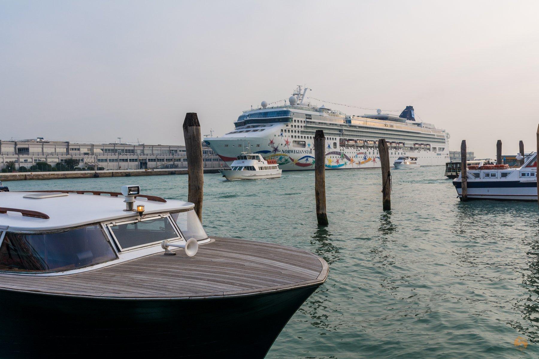 unser Charter Schiff nach Vendig und Kreuzfahrtschiff - Italien