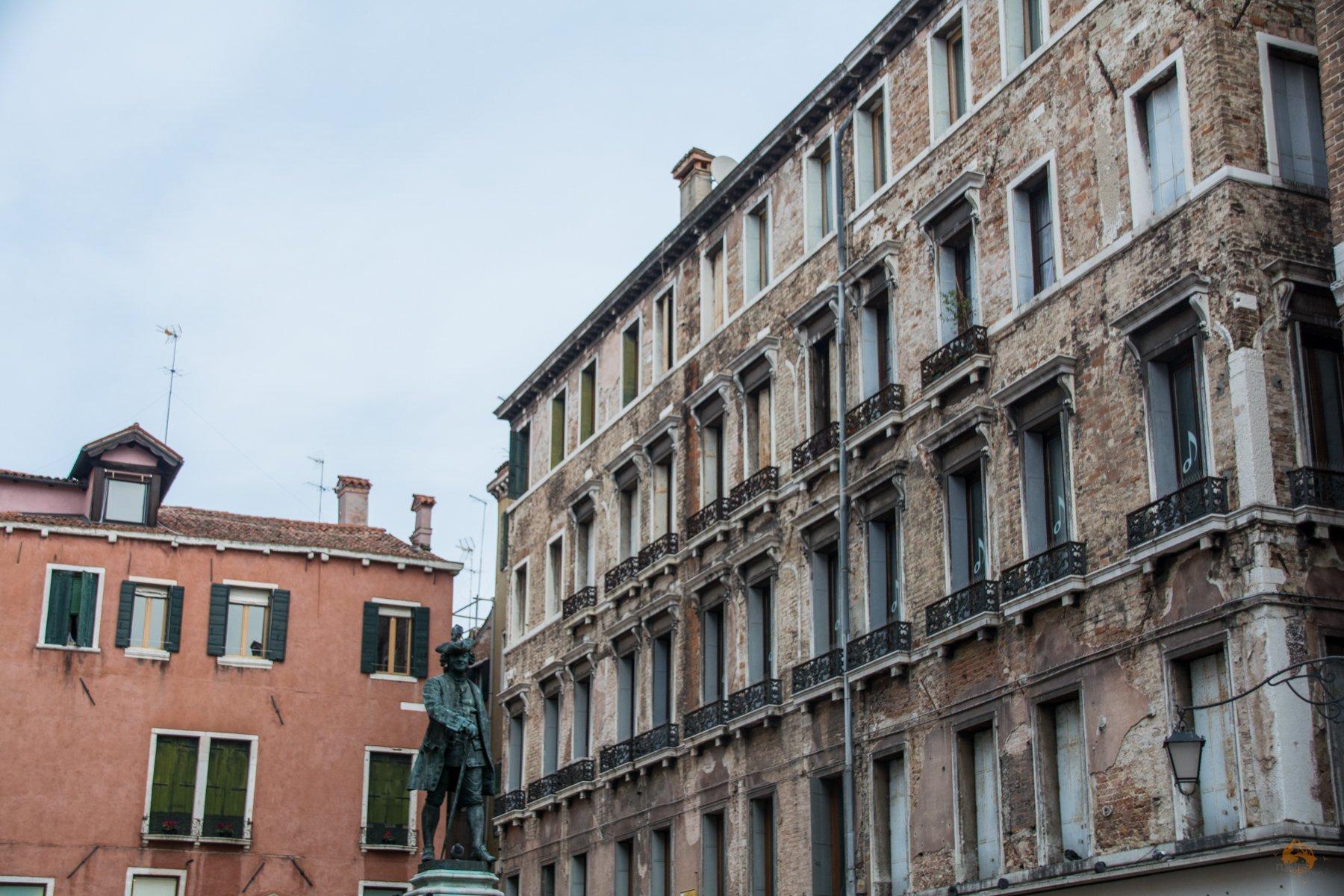 Statue vor Häusern in Venedig - Italien