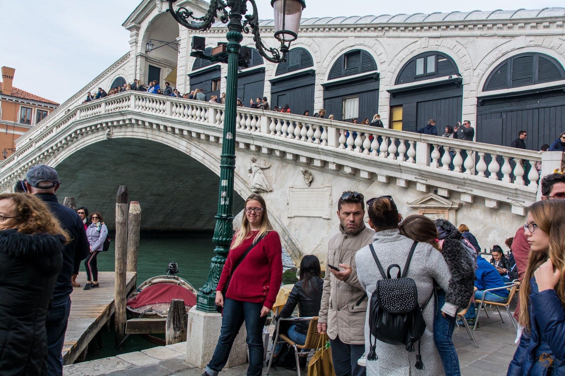 vor der Rialtobrücke in Venedig - Italien